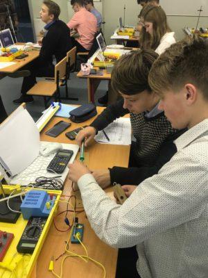 Школьники использовали инженерные калькуляторы Casio, которые присутствовали на каждом столе в физическом классе физики этой школы